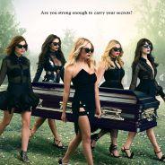 """Em """"Pretty Little Liars"""": na 6ª temporada, Spencer, Hanna e meninas seguram caixão em novo pôster!"""