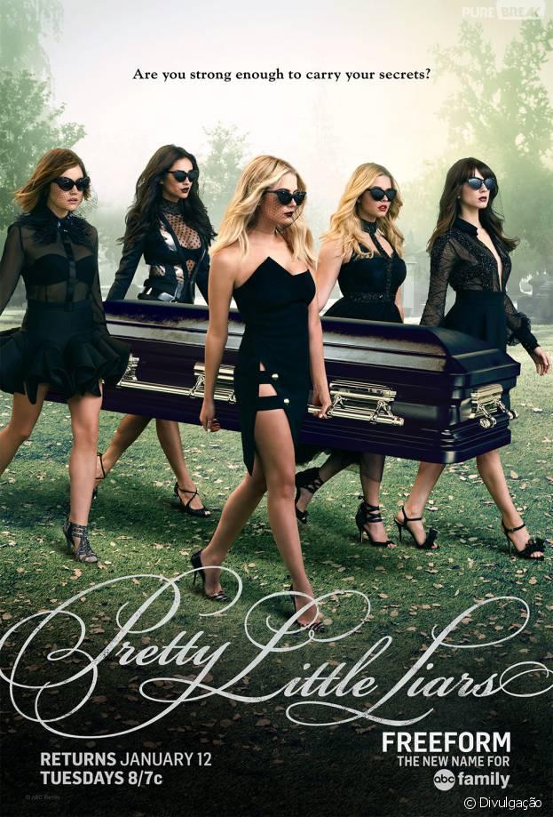 """Em """"Pretty Little Liars"""": Spencer (Troian Bellisario), Aria (Lucy Hale) e meninas seguram caixão em novo pôster!"""