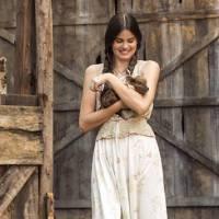 """Camila Queiroz, de """"Eta Mundo Bom"""", faz relação entre Angel e Mafalda: """"Muito diferentes"""""""