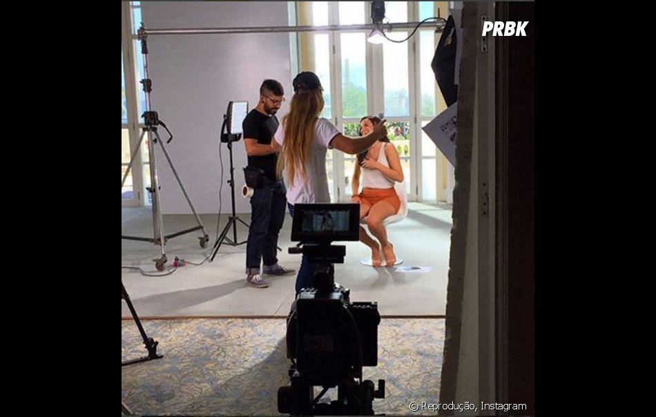 Bruna Marquezine aparece com look transparente e curto em campanha publicitária