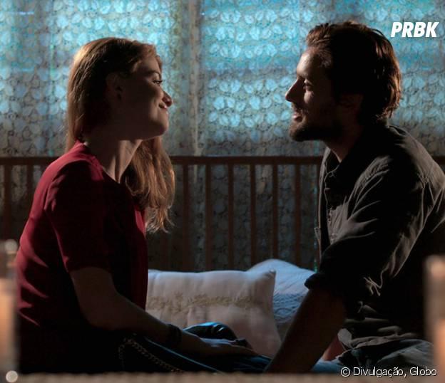 """Novela """"Além do Tempo"""": Felipe (Rafael Cardoso) convida Lívia (Alinne Moraes) para passar a noite com ele, mas namorada recusa"""