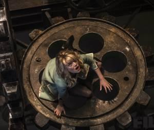 """Gwen Stacey (Emma Stone) tenta sobreviver em""""O Espetacular Homem-Aranha 2"""""""