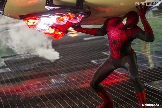 """O Homem-Aranha (Andrew Garfield) salva Nova York em """"O Espetacular Homem-Aranha 2"""""""