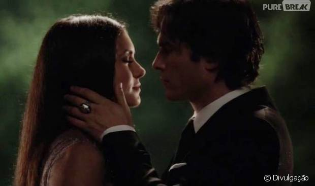 "Em ""The Vampire Diaries"": Elena (Nina Dobrev) se despede de Damon (Ian Somerhalder) antes de adormecer!"