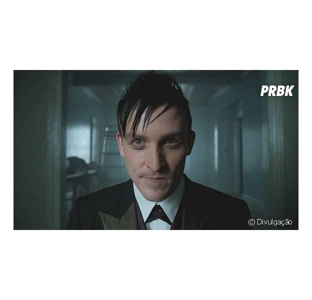 """Em """"Gotham"""": Pinguim (Robin Lord Taylor) recebe o pai, Elias Van Dahl (Paul Reubens), no retorno da série!"""
