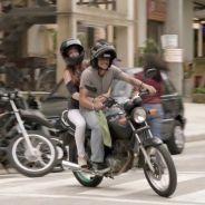 """Novela """"Totalmente Demais"""": Jonatas leva Eliza (Marina Ruy Barbosa) de moto para concurso!"""