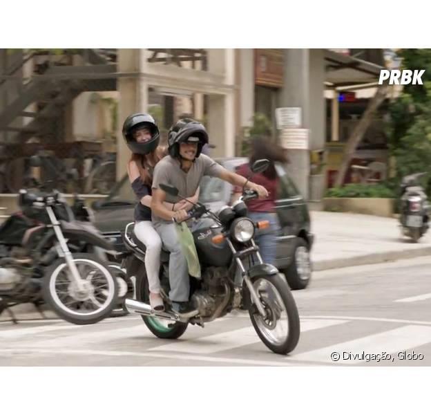 """Jonatas (Felipe Simas) leva Eliza (Marina Ruy Barbosa) de moto para eliminação da 3ª etapa do concurso, em """"Totalmente Demais"""""""