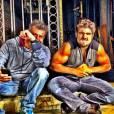 Caio Castro se diverte mostrando os músculos na rede social