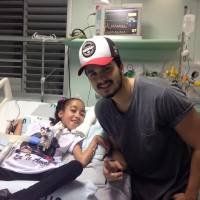 """Luan Santana conhece fã em hospital e torce por recuperação: """"Sai logo dessa, promete?"""""""