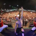 Biel faz show para uma multidão de fãs, canta o hit
