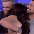 """Cauã Reymond e Monica Iozzi ficam agarradinhos no """"Vídeo Show""""!"""