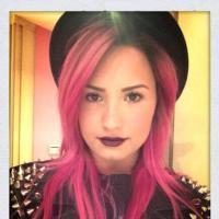 Demi Lovato abandona o cabelo azul e surge com os fios cor de rosa