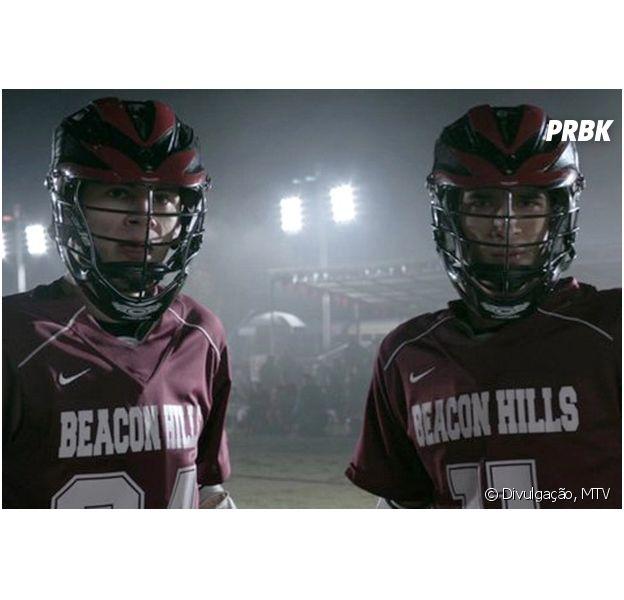 """Em """"Teen Wolf"""": Scott (Dylan O'Brien), Stiles (Tyler Posey) e grupo são surpreendidos em jogo de lacrosse!"""