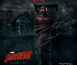 """Em """"Demolidor"""", Homem Sem Medo é acorrentado em topo de prédio!"""