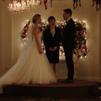 """Em """"Arrow"""": na 4ª temporada, Oliver e Felicity se casam em foto divulgada por produtor!"""
