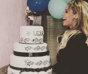 Lexa ganhou um bolo de três andares para assoprar as velinhas em seu aniversário