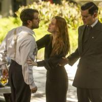 """Em """"Joia Rara"""", Silvia fica contra Viktor e acha que Manfred não é seu inimigo"""