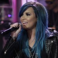 """Demi Lovato entra no clima de """"Neon Lights"""" e pinta o cabelo de azul"""