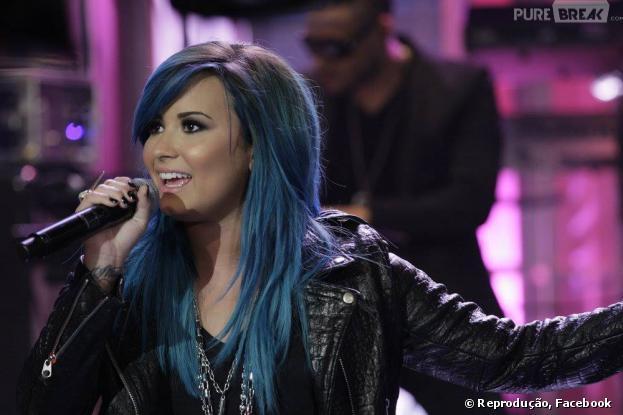 """Demi Lovato apareceu com o cabelo todo pintado de azul na noite desta quarta-feira, 2 de outubro de 2013, no programa """"Tonight Show with Jay Leno"""""""