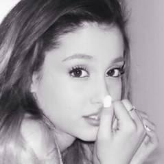Ariana Grande encanta fãs com os cliques mais fofos do Instagram