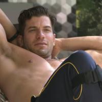 """Durante tarde no """"BBB14"""", Roni seduz Marcelo após conversa: """"Isso é um convite""""?"""
