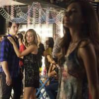 """Novela """"Malhação"""": Rodrigo (Nicolas Prattes) e Flávia se beijam na frente de Luciana!"""
