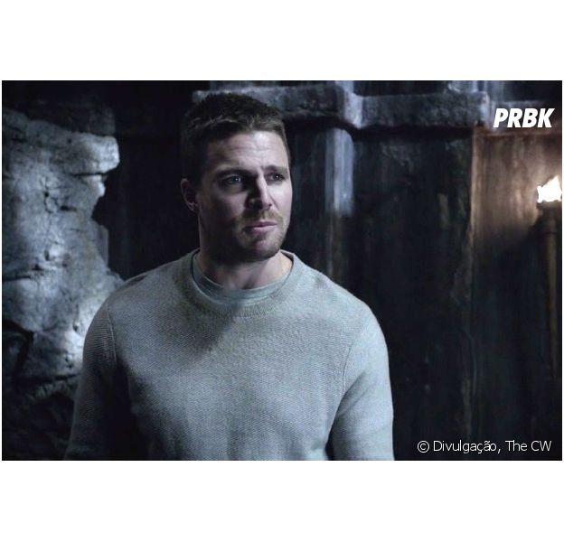 """Em """"Arrow"""", Oliver (Stephen Amell) mudou nos últimos cinco anos e diferença é apresentada nos flashbacks!"""