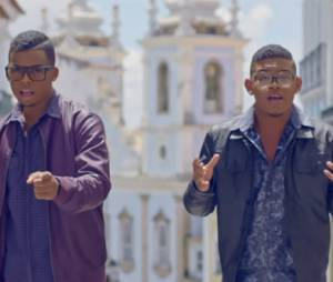 """Lucas e Orelha no clipe da música """"Tempo ao Tempo"""""""