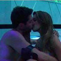"""No """"BBB14"""": Marcelo fica com Angela e advogada elogia: """"Beijo bom"""""""