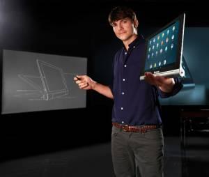 "O ator Ashton Kutcher apresenta o Yoga Tablet, da ""Lenovo"""