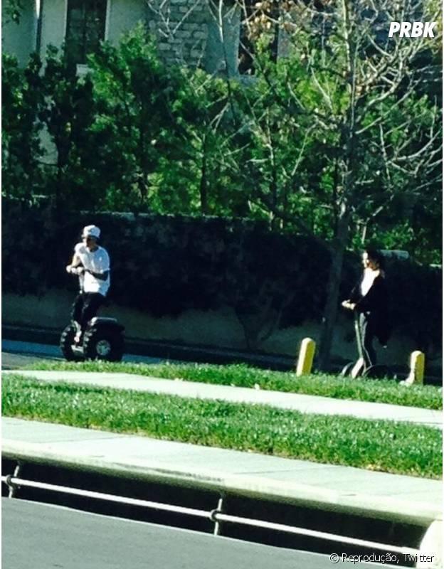 Selena Gomez e Justin Bieber andam desegway pelas ruas deCalabasas, na Califórnia, Estados Unidos