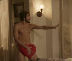 """Rafael Vitti aparece pelado em cena do spin-off de """"Totalmente Demais"""""""