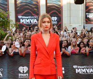 Gigi Hadid, namorada do Zayn Malik, surge com look vermelho no MuchMusic Awards 2016