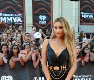 "De ""Pretty Little Liars"", Shay Mitchell aparece deslumbrante em foto do MuchMusic Awards 2016"