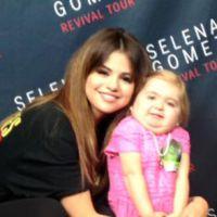 """Selena Gomez dança """"Love You Like a Love Song"""" com menina que sofre de doença rara e viraliza!"""
