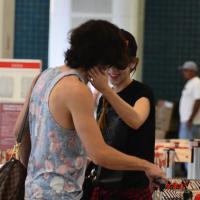 Sophia Abrahão e Fiuk trocam carícias e posam com fãs em aeroporto do Rio