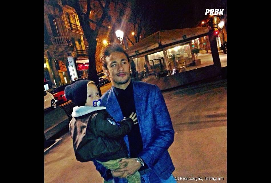 Neymar com o filho Davi Lucca no colo