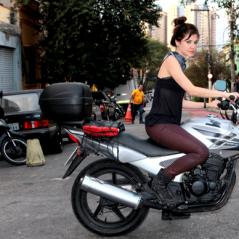 """Minissérie """"A Garota da Moto"""", com Chris Ubach, estreia quarta-feira (13) no SBT! Confira!"""
