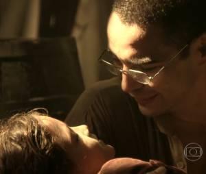 """Em """"Joia Rara"""", depois de ser sequestrada por Manfred (Carmo Dalla Vecchia), Pérola (Mel Maia) foi resgatada por Sonan (Caio Blat)"""