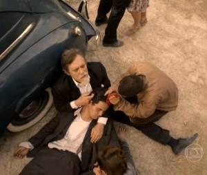 """Em """"Joia Rara"""", Ernest (José de Abreu) foi baleado na perseguição de Manfred (Carmo Dalla Vecchia)"""