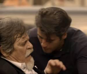 """Franz (Bruno Gagliasso) foi o primeiro a ir socorrer Ernest (José de Abreu) após o tiroteio em """"Joia Rara"""""""