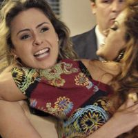 """Novela """"Haja Coração"""": do """"BBB16"""", Ana Paula e Leonora brigam antes de encontrar Pedro Bial!"""