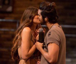 """Nas gravações do novo DVD, Luan Santana deu um selinho na atriz Camila Queiroz e comentou sobre o beijo: """"Precisava de um gesto suave"""""""
