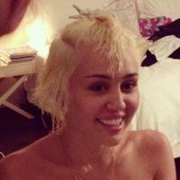 Miley Cyrus publica foto semi-nua e relembra mudança no cabelo