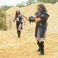 """Novela """"A Terra Prometida"""": Tobias (Raphael Vianna) e Uzi são levados para o sacrifício!"""