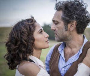 """Na trama de""""Velho Chico"""", finalmente, o casal Santo (Domingos Montagner) e Tereza (Camila Pitanga) recebem a benção do pai da moça"""