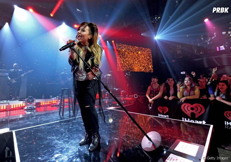 Demi Lovato deixou o cabelo rosa no passado e agora está morena