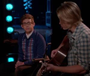 "Sam (Chord Overstreet) e Artie (Kevin McHale) cantaram ""Fire and Rain"" de James Taylor em ""Glee"""
