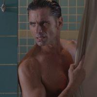 """Em """"Scream Queens"""": na 2ª temporada, John Stamos e Glen Powell protagonizam cena de nudez!"""