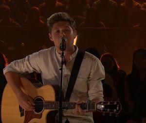 """Niall Horan canta """"This Town"""" em programa de James Corden"""